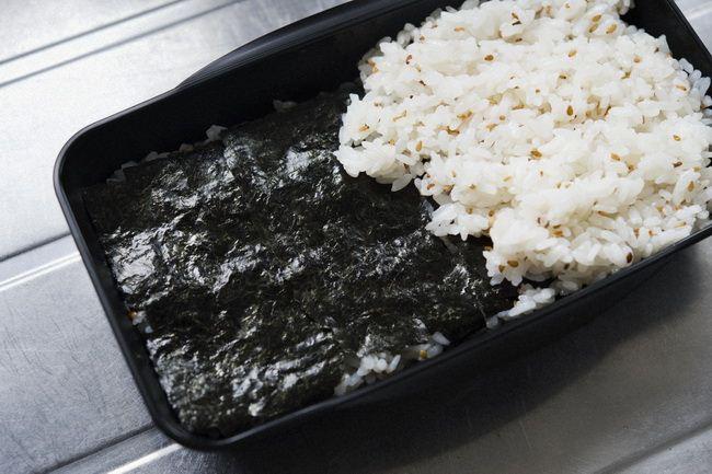 ごはんを食べ進むと、中間に海苔が! さらにごはんが進んでしまう「隠れ海苔弁」です。ごはんにはほんのりごま油の香りがついているのも食欲をそそるはず。