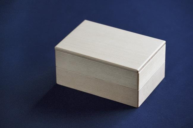 お弁当箱は、まっすぐ仕事に向き合う先輩の姿をイメージして、品がありつつ、凛とした佇まいの白木の2段箱を。フランスでもぜひ使ってもらいたいですね。