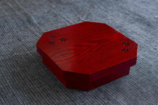 朱塗りの松花堂弁当箱で、ミニ懐石風に。桜模様の彫りで彩りを添えて