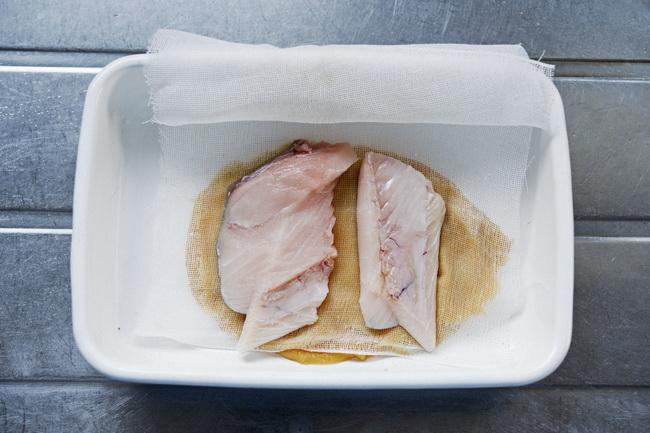 西京漬けは焼くと焦げやすいので、味噌の上にガーゼを置いてから鰆をのせます。風味はしっかりつきつつ、焦げずにきれいに焼きあがります