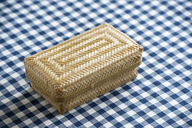 竹を編んだカゴは和風っぽさもありつつ、バスケットのような趣もあります。おにぎりだけど、サンドイッチ? きっと海外の友人もびっくりするはず。