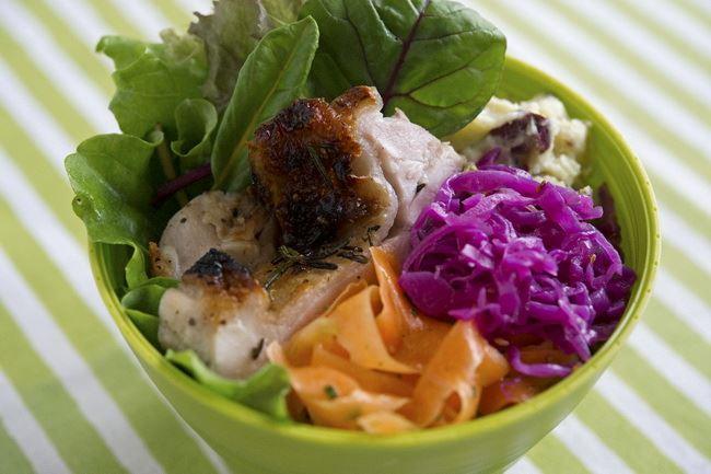 季節野菜と大豆のミネストローネ/ハーブグリルチキン/2種のお芋のポテトサラダ/紫キャベツマリネ/にんじんのサラダ/リーフいろいろ