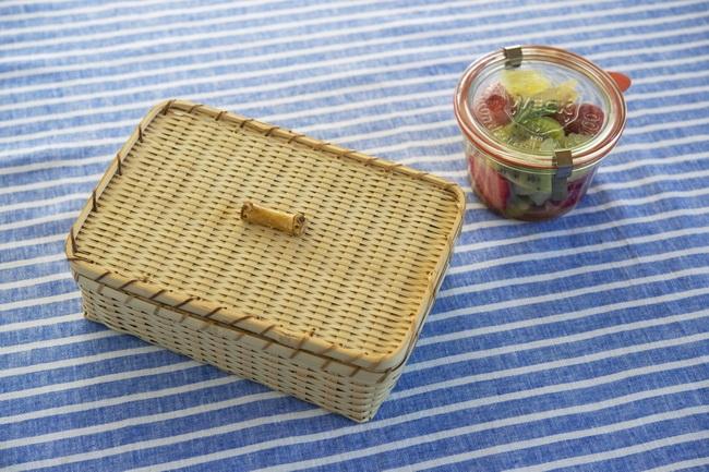春のピクニックをイメージして、バスケットのサンドイッチボックスを用意してみました