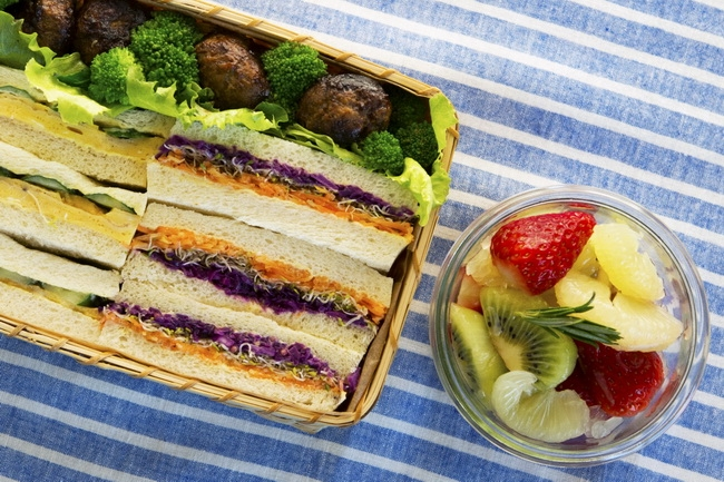 卵焼きときゅうりのサンドイッチ<br>3色野菜のサンドイッチ<br>茹でブロッコリー<br>一口ハンバーグ<br>春のフルーツマリネ