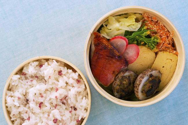 さくら飯/金目鯛の粕漬け焼き/里芋の蕗味噌焼き/春キャベツと菜の花のおひたし/にんじんのたらこ和え/大根梅酢漬け/卵焼き