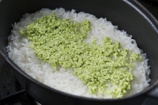 お米に枝豆を混ぜて炊くと豆の緑色がきれいに出ません。生の枝豆をフードプロセッサーで細かくしてごま油で和えたものを、炊き上がったごはんに混ぜて蒸すと、熱を加えても鮮やかな緑色を保てます