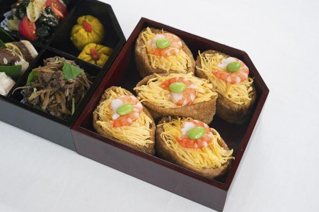 飾り稲荷/鯛(たい)のすだちこうじ漬け焼き/牛とごぼうのしぐれ煮/トマトとセロリとわかめの中華風酢の物/かぼちゃの茶巾絞り