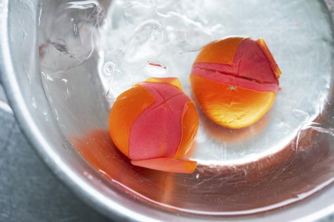 湯むきは、トマトのヘタのついていない方に十字に浅く切り込みを入れ、沸騰した湯に入れます。皮が少しめくれてきたら氷水に取り、皮をむけば完了