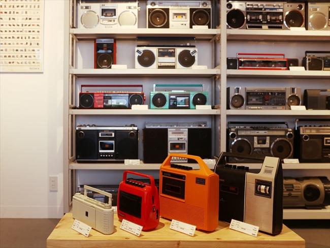 「80年代は日本の家電メーカーがオーディオの分野で激しく競争していた時代です。ちなみに手前のラジカセは、70年代にソニー、ナショナル、シャープなどが、海外向けに作った希少なラジカセ」(角田さん)
