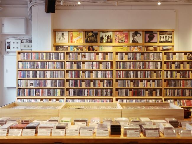 約80平米の店内には、カセットテープ以外に、アナログレコードやVHSテープ、1980年代のサブカル誌のバッグナンバーや書籍なども置かれている。聴覚と視覚の両方で楽しめるのもうれしい