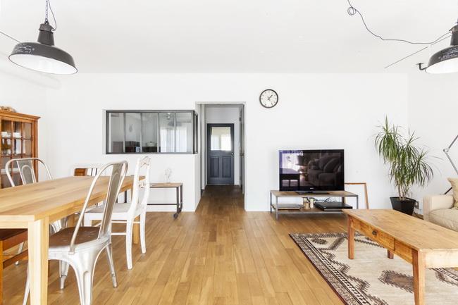 「ドイツの公営団地」に、選び抜いた家具たちと住む