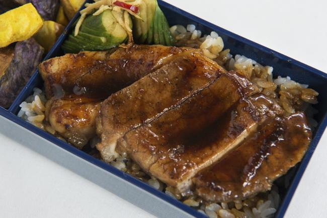 トンテキのせごはん/キュウリの中華風漬け/揚げじゃが、カレー塩