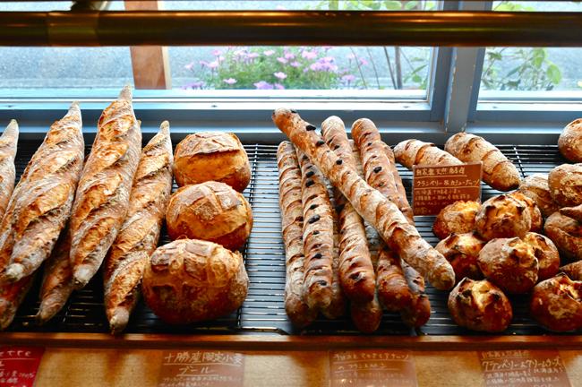 このパン:うつくしいハード系のパンが並ぶ