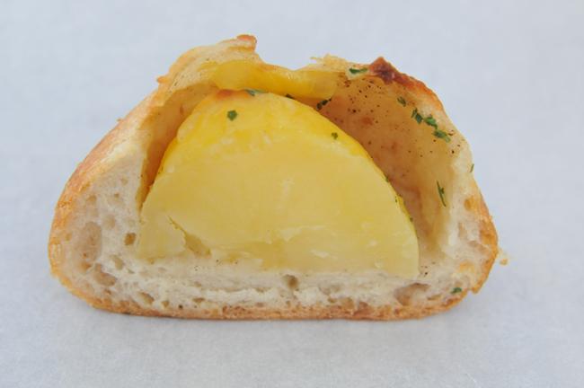 このパン:じゃがバタフランス。じゃがいもがまるごと1個