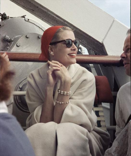 お気に入りのサングラスやアクセサリーで Grace Kelly(c)Howell Conant