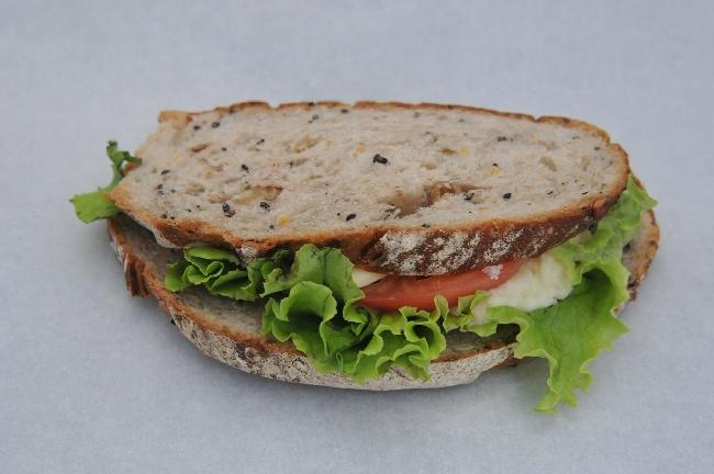 穀物のサンド ポテトサラダ&トマトチーズ