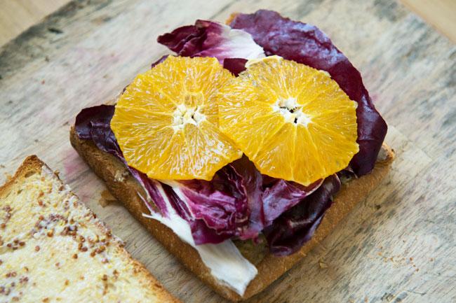 オレンジは水分が出やすいので、パンの上にレタス(今回はトレビス)などを敷き、その上に置くようにしてください