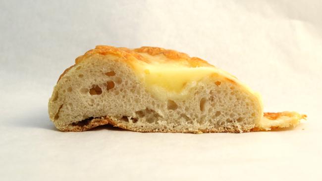 とろーりチーズパン断面