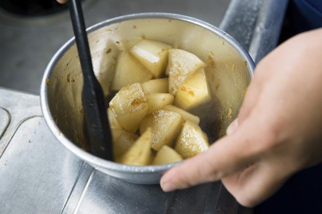 大根は蒸したてのあつあつにタレをからませるのがポイント。しっかりと味がなじみます