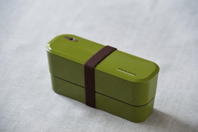 通勤用のバッグにもすっきりと収納できるスリムな2段式。お弁当箱がきれいなグリーンなので、お弁当全体が明るい雰囲気になります