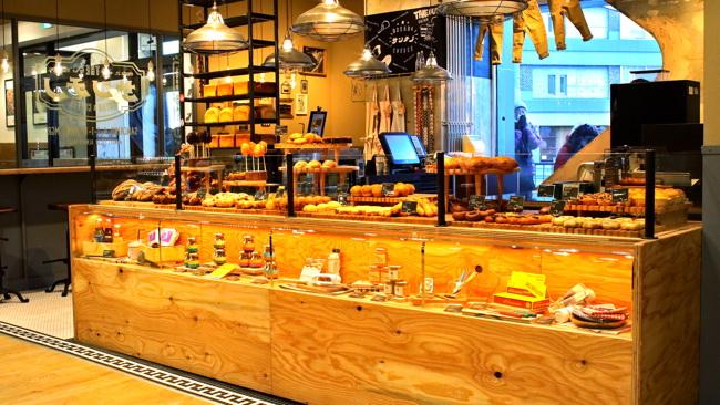 「アメリカのおばあちゃんの雑貨屋」をイメージしたパン売り場