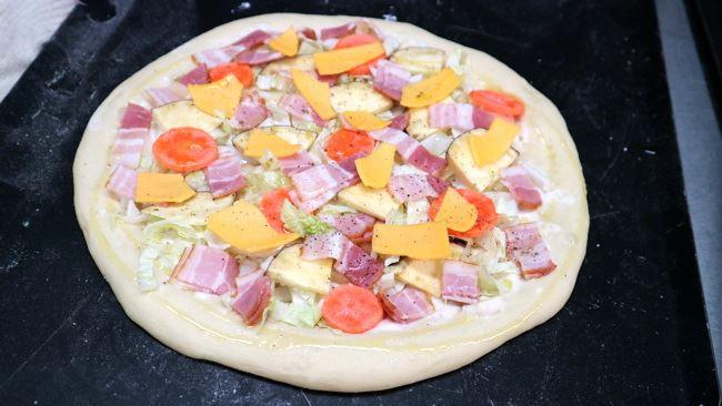 野菜を届けにやってくる近隣の農家さんのために特別に作ったピッツァ(窯入れ前)