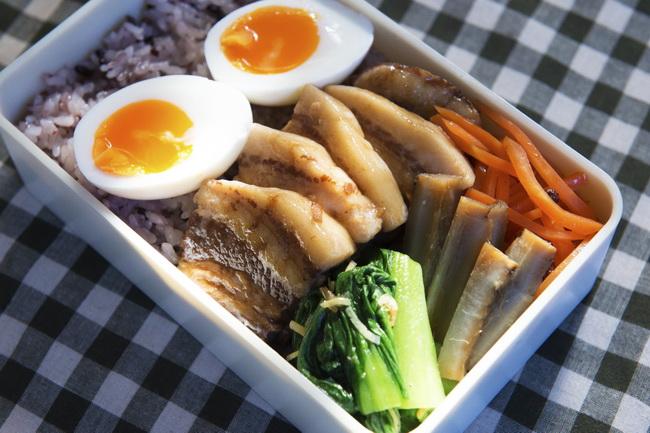豚の角煮/黒米入りご飯/半熟卵/にんじんの花椒黒酢あえ/ごぼうの梅しょうゆ煮/ちんげん菜のしょうが小えびオイルあえ
