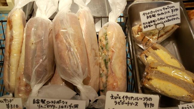 紙できれいに包装され、サンドイッチが並ぶ