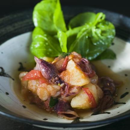 ホタルイカとトマトの温ポテトサラダに、ソアヴェ・クラッシコ
