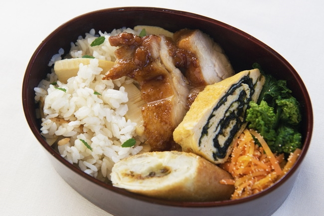 たけのこご飯/里芋とふきみそとチーズの春巻き/黒酢照り焼きチキン/のり巻き卵焼き/菜の花のからしあえ/にんじんのたらこ炒め