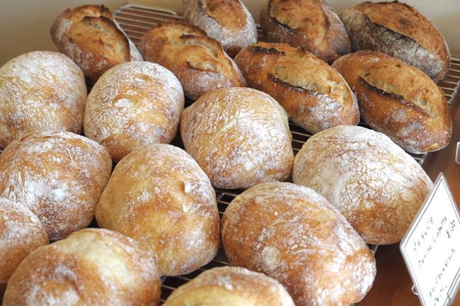 初めて行くお店でパンを選ぶコツは?「ブーランジェリーなどのフランス系のお店ならバゲット、〇〇ベーカリーといった地域密着型の日本的なパン屋さんなら食パン。そのお店の中心になるものをまず食べるようにしています」「