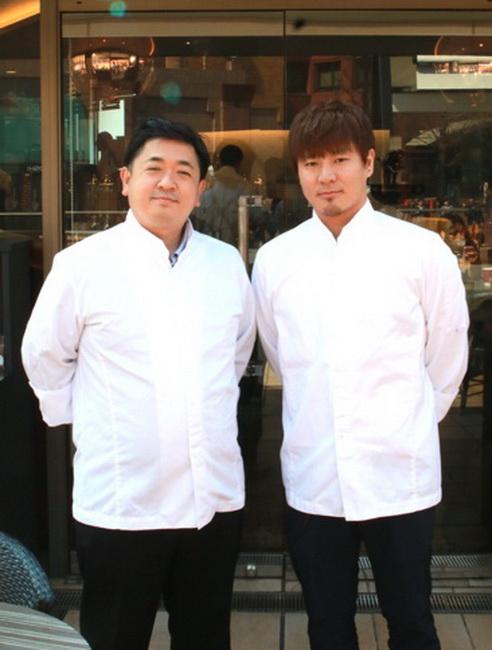 支配人の飯田卓也さん(左)とプロデュースした榎本哲さん