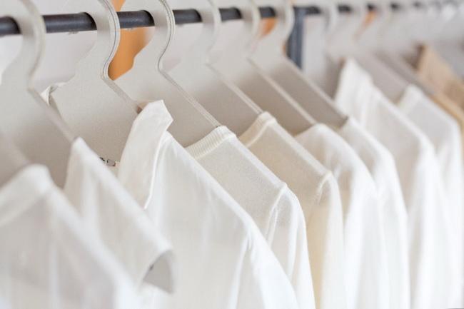シンプルなシャツ、コート、パンツ、ニットなど、ベーシックなアイテムを揃えています