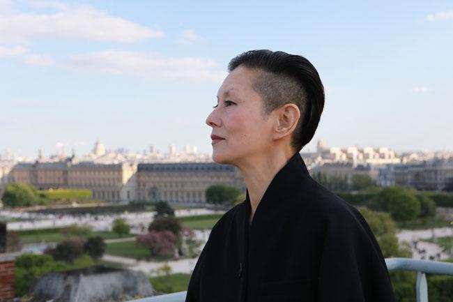 4月下旬、パリ公演の会場となったルーブル美術館を背景に(撮影/濱 千恵子、協力/Hotel Le Meurice)
