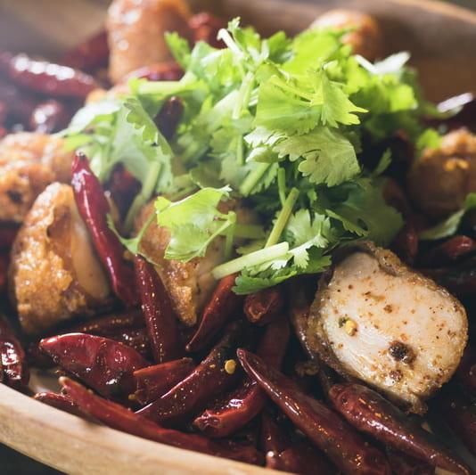辣子鶏(ラーズージー)、赤いから揚げと甘めの白ワイン