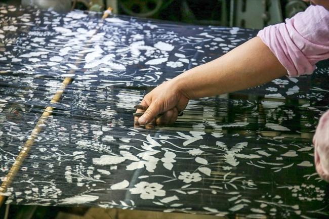 銘仙(寺内織物)の織り作業