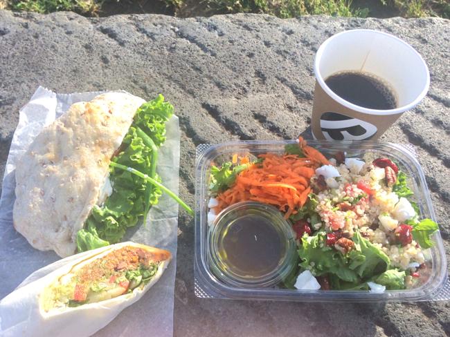 ファラフェルサンド、キヌアとフェタチーズとケールのサラダ、チリビーンズ&ワカモレラップサンドを山下公園で食べる
