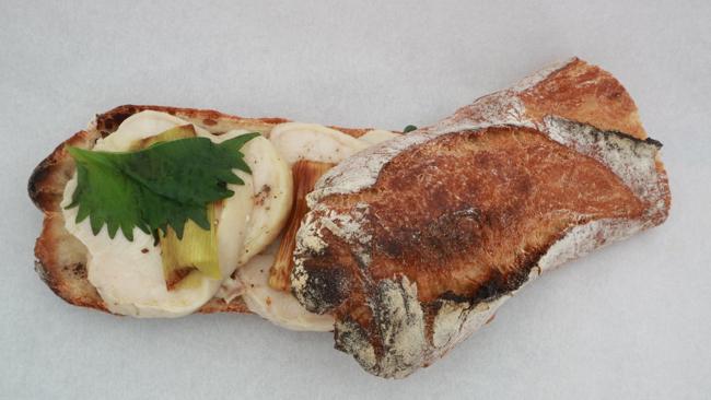 鶏ハムと長ネギのサンド 大葉と柚子胡椒ソース