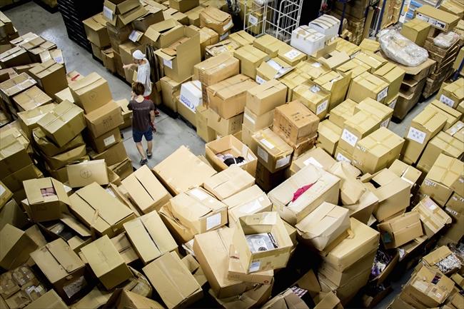 大阪市西成区の在庫処分業者の倉庫。衣料品の売れ残りが毎日のように大量に運び込まれる(撮影・菅野勝男)