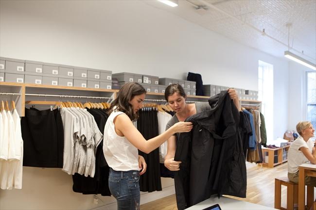米国のオンラインSPA(製造小売業)「エバーレーン」の常設店。服の展示や販売もネットでやってしまうので、実店舗は必要ない。試着したい客などのために全米で2店しかない