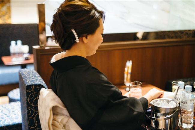 着付けとヘアメイクは銀座の美容室で。着物はすべて自前で、季節に合わせて100着ほど持っているそう。どれだけ疲れていても身だしなみは常に完璧にしておくのが夜の世界の鉄則