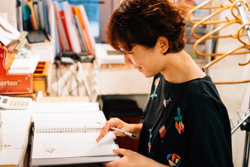 お客さんの髪質や過去のカットの内容について書き込んであるカルテを書くのも美容師の大切な仕事。カットが終わりお客さんを見送ると、すぐにペンを走らせる