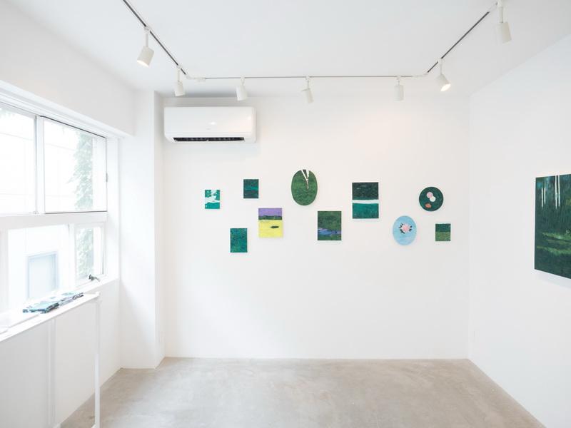 一面真っ白な空間に飾られた絵。「展示のレイアウトは作家さんのご意向を基本的に尊重しますが、お客様の動線や目線が行きやすい場所など、私からアドバイスさせていただくこともあります」