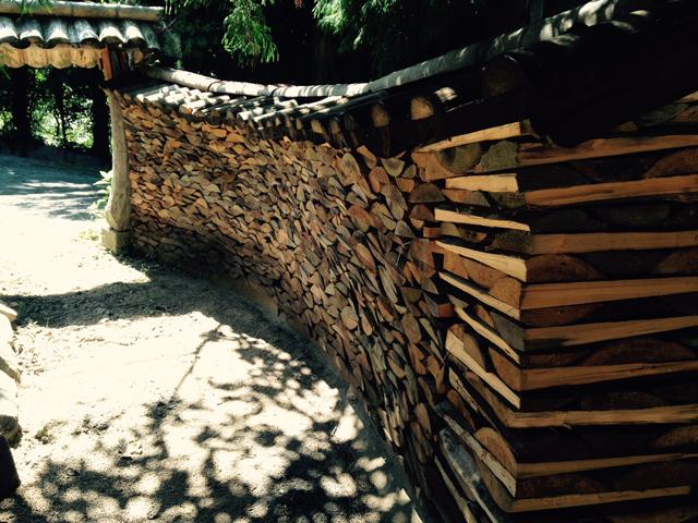 萩の窯元さんの外塀が薪で組まれていた
