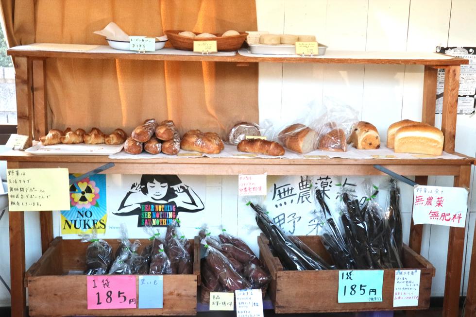 店内風景。自ら栽培した野菜も販売されている