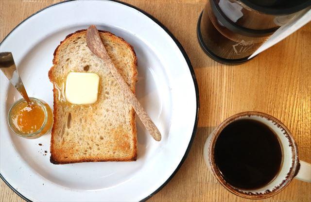 全粒粉の山食パンのトースト。東府中のコフィア エクスブリス ケトルにて