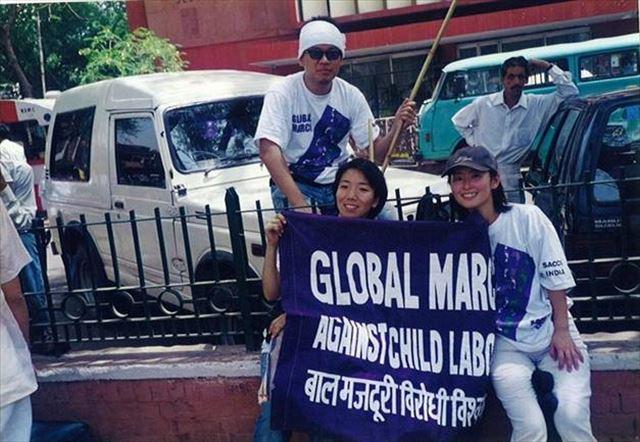 1998年ACE立ち上げのきっかけとなったグローバルマーチにて。創業メンバーの岩附さん、小林さんとともに(インド、1998年4月)