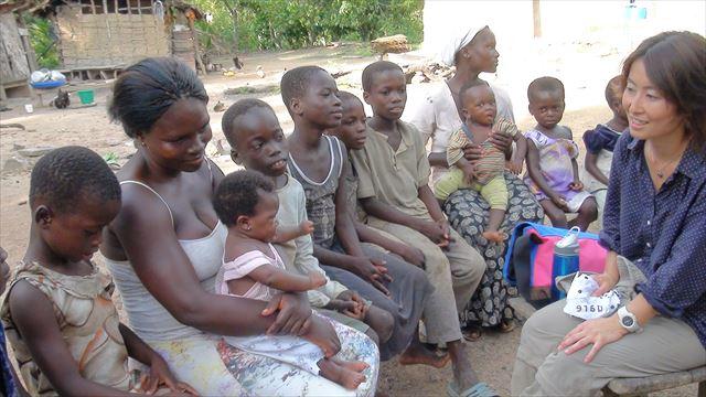 ACEでの活動。ガーナの子どもとその家族にインタビューしている様子