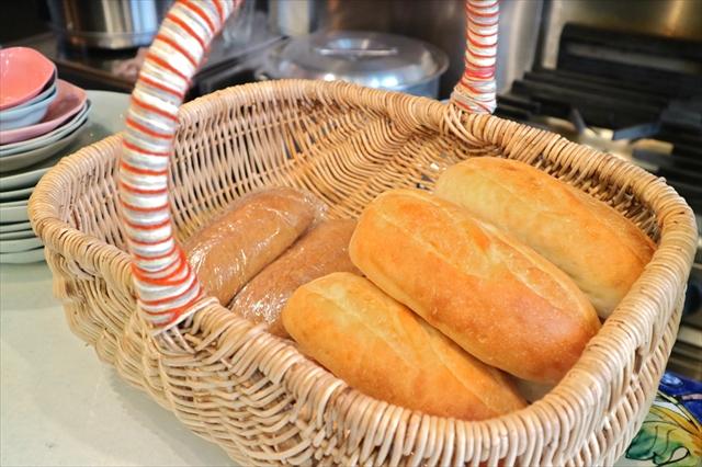 ベトナムのカゴの中にパン