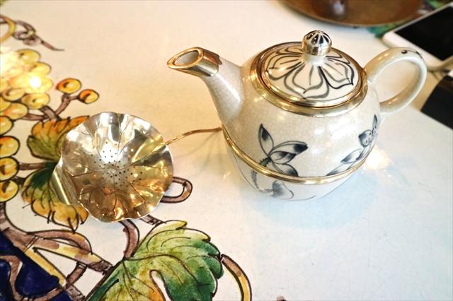 紅茶はベトナムの茶器で提供